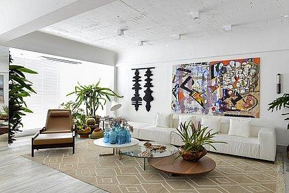 Com 66,74m², o loft está dividido em lounge, espaço de leitura, sala de estar e jantar