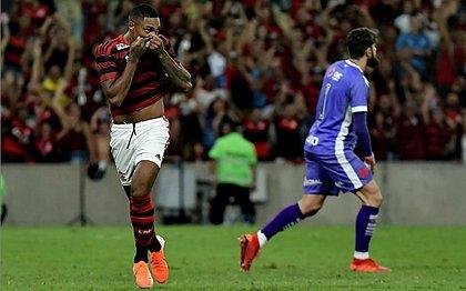 Vitinho comemora o gol marcado diante do rival Vasco; Fernando Miguel lamenta