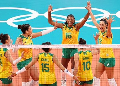 Brasil bate o Quênia e pega russas nas quartas do vôlei feminino