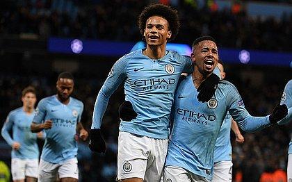 Sané e Gabriel Jesus comemoram gol marcado pelo primeiro