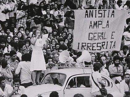 Documentário Fico Te Devendo Uma Carta Sobre o Brasil
