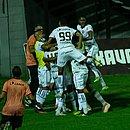 Jogadores do Vitória comemoram gol marcado diante do Brasil de Pelotas