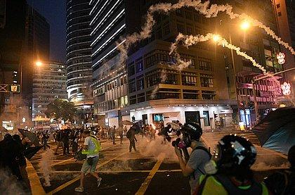 Hong Kong tem protestos violentos às vésperas do aniversário do regime chinês
