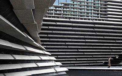O exterior do novo Museu V & A (Vitória e Albert) em Dundee, na Escócia,  desenhado pelo arquiteto japonês Kengo Kuma,