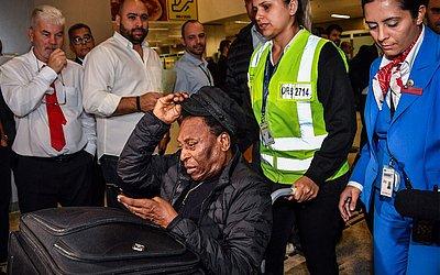 Edson Arantes do Nascimento, conhecido como Pelé, chega ao Aeroporto Internacional de Guarulhos, em Guarulhos, após passar mal em Paris.