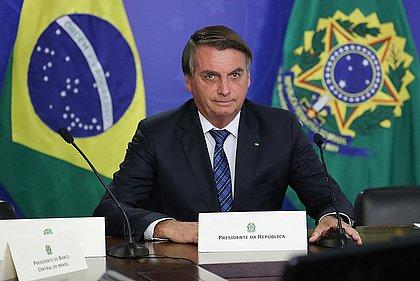 Bolsonaro diz a apoiadores que críticos estão 'esticando a corda'