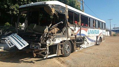 Três universitários e motorista de ônibus morrem em acidente na Bahia