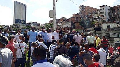 Rodoviários fazem protesto na Estação da Lapa para pedir complementação de salário