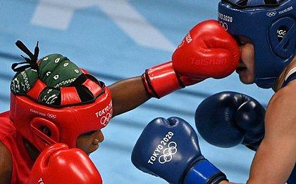 A brasileira Jucielen Romeu (vermelho) e a britânica Karriss Artingstal durante luta nos Jogos de Tóquio