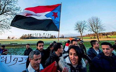 Protesto pela independência do Iémen do Sul em frente ao Castelo de Rimbo em Johannesberg , ao norte de Estocolmo, na Suécia, onde ocorrem as negociações de paz no Iêmen