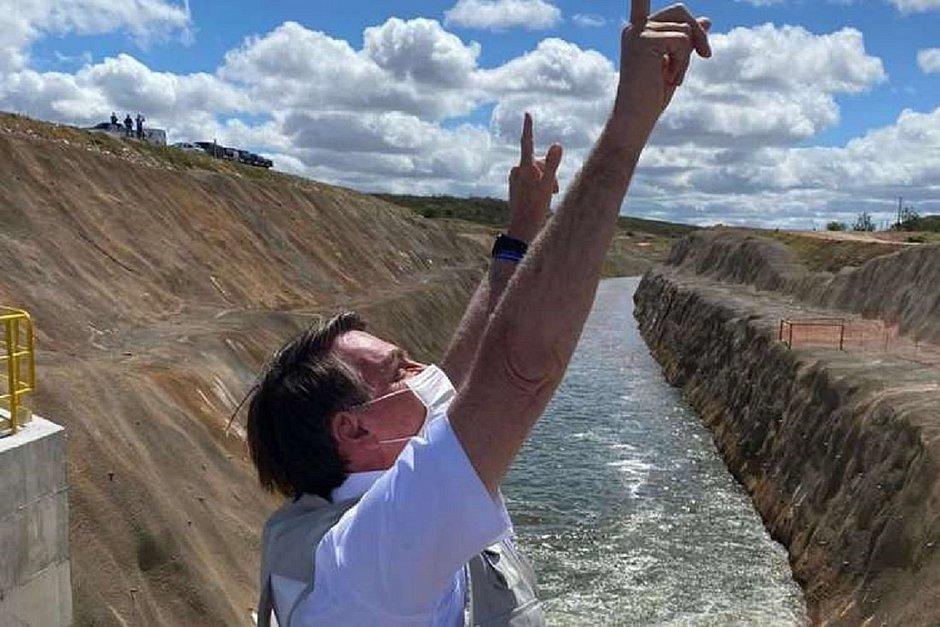 Bolsonaro aciona comporta para água da transposição do São Francisco chegar ao Ceará