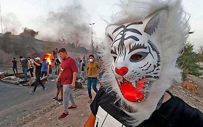 Manifestantes iraquianos protestam contra a falta de serviços básicos, ao sul da cidade de Basra.O país está tomado por protestos sobre falta de energia, desemprego, má gestão do estado e a falta de água limpa.