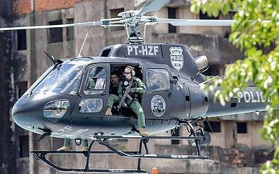 """O líder do grupo criminoso Comando Vermelho, Marcelo Pinheiro (2-D), conhecido como """"Piloto"""", é visto em um helicóptero de polícia do estado do Paraná, após ser expulso do Paraguai."""