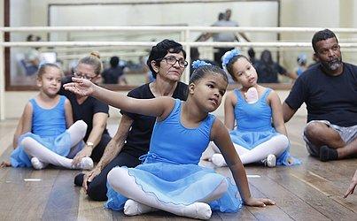 Alunas e mentores repetem movimentos do balé