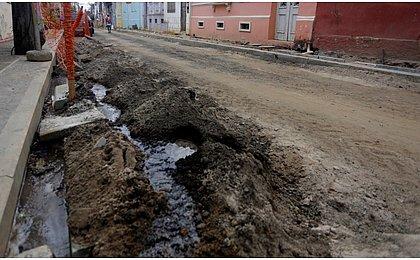 Ladrões se disfarçam de operários, destroem rua e roubam fios de cobre subterrâneos