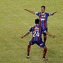 Daniel comemora com Flávio após marcar o gol do Bahia
