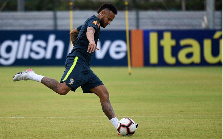 Diante de Cingapura, Neymar terá a chance de igualar marca de Ronaldo Fenômeno