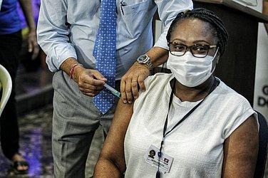 primeira pessoa imunizada foi a enfermeira Maria Angélica de Carvalho, 53 anos, que trabalha no Hospital Couto Maia