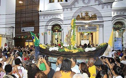 Procissão em frente à Paróquia de São Pedro, em Salvador