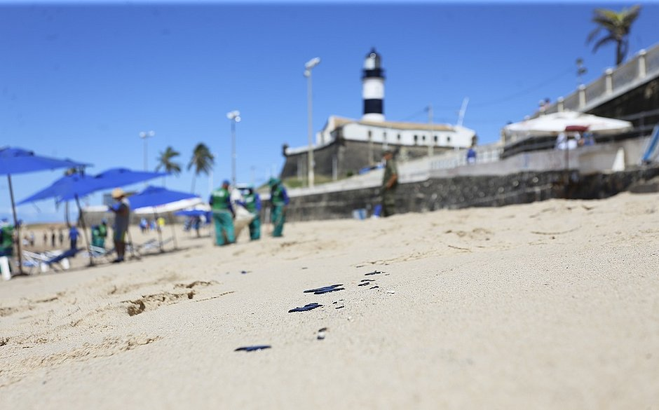 Manchas de óleo chegam a praias do sul da Bahia