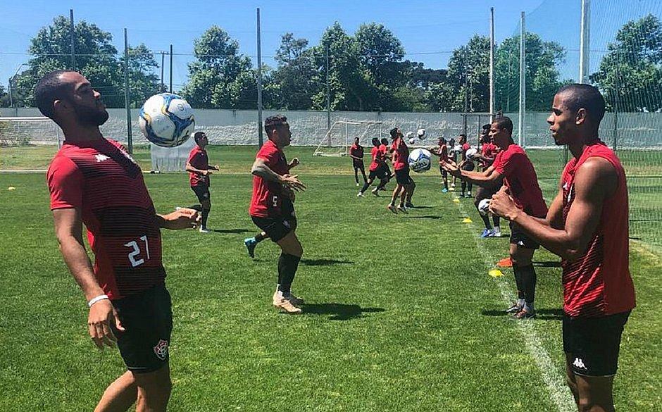 Jogadores do Vitória treinam em Curitiba