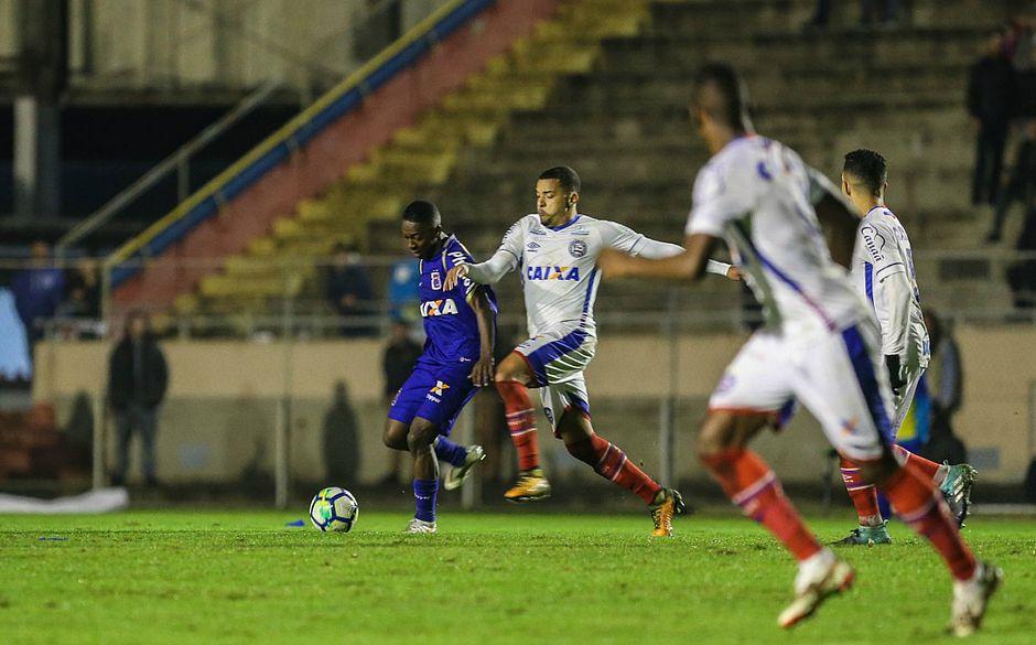 Gregore tenta parar investida do Paraná durante derrota por 1x0 na Vila  Capanema (Foto  Geraldo Bubniak  Paraná Clube) 39070ed6806cb
