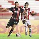 Maurício Ramos (esquerda) e Kieza disputam a bola no estádio dos Aflitos