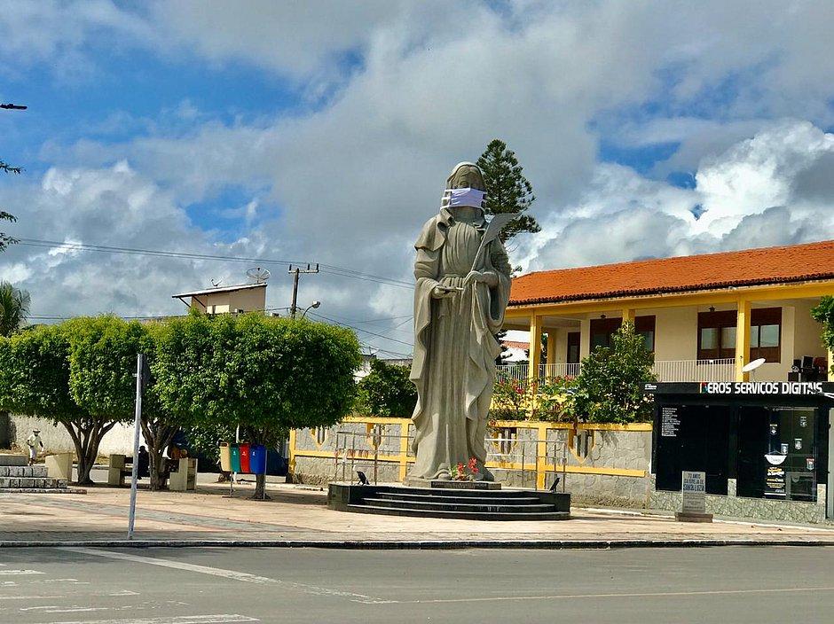 Em ação de conscientização, estátua da padroeira de Santaluz ganha máscara