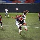 Willian Kaefer disputa bola no alto com Adriano e Hugo Freitas, do Bahia de Feira