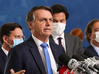 Não tinha 'tanta vacina' disponível, diz Bolsonaro sobre compra de imunizantes
