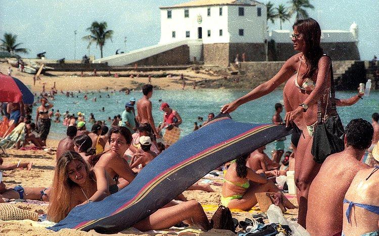 Do topless na Boca do Rio à micareta aquática na Barra, as praias sempre deram o que falar
