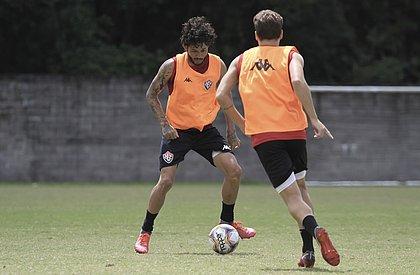 Fernando Neto e Vico trocam passes no treino rubro-negro