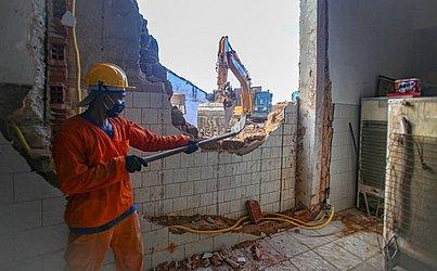 Funcionários da Sedur trabalharam na demolição do casarão que desabou na Lapinha.
