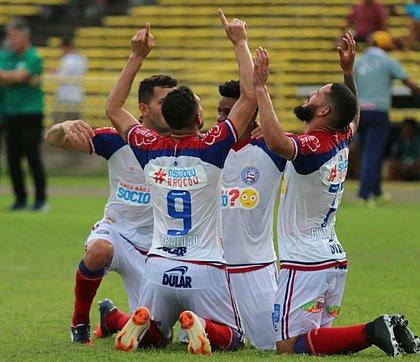 Gilberto, Flávio, Ramires e Arthur Caíke comemoram gol do Bahia contra o Altos