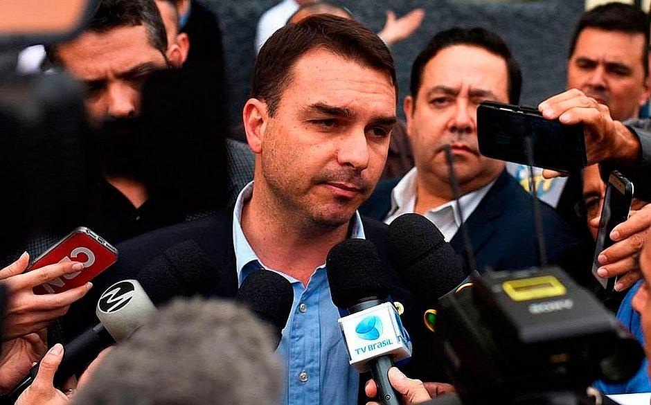 Flávio Bolsonaro diz que não fez nada de errado e está à disposição da Justiça