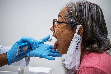Familiares fornecem amostra de DNA que será comparada com material de corpos sem identificação no IML