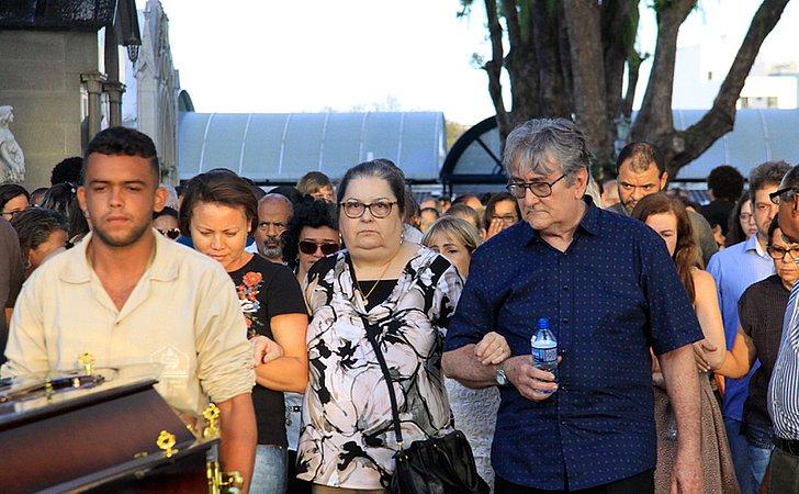 Professor morto em assalto é enterrado: 'Só semeou coisas boas'