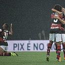 Éverton Ribeiro comemora, com Willian Arão, o terceiro gol do Flamengo