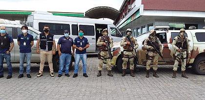 Veículos clandestinos que transportavam 180 pessoas são apreendidos na Bahia