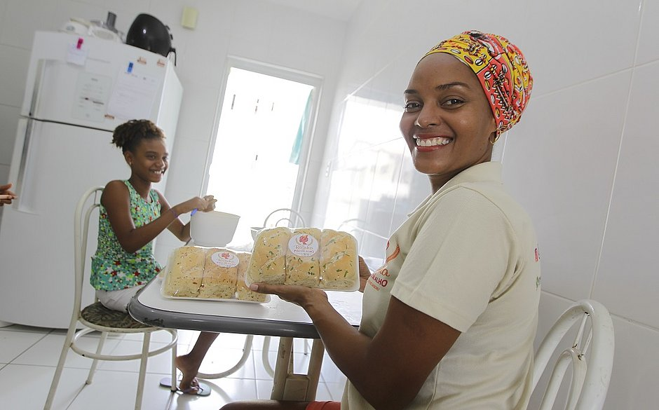 Cleide começou com uma fornada de 25 pães e hoje já produz 8 mil e distribui a maior parte para a rede de restaurantes do Rei do Pirão