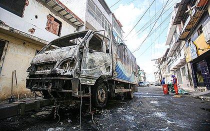 Um caminhão ficou completamente destruído pelas chamas.