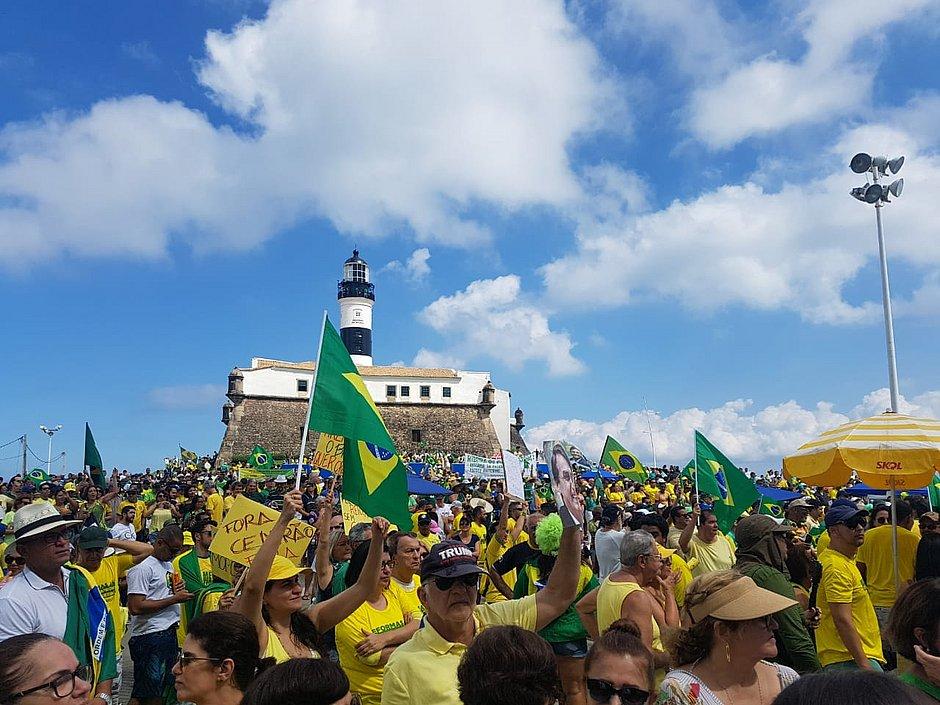 Ato a favor de Bolsonaro leva centenas à Barra: 'Só ele pode salvar'