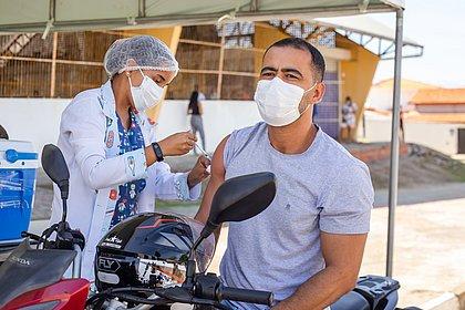 Lauro de Freitas vacina pessoas a partir de 35 anos nesta quinta-feira (5)