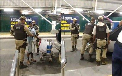 Ambulante é detido por PMs por desrespeitar toque de recolher: 'Não me machuquem'