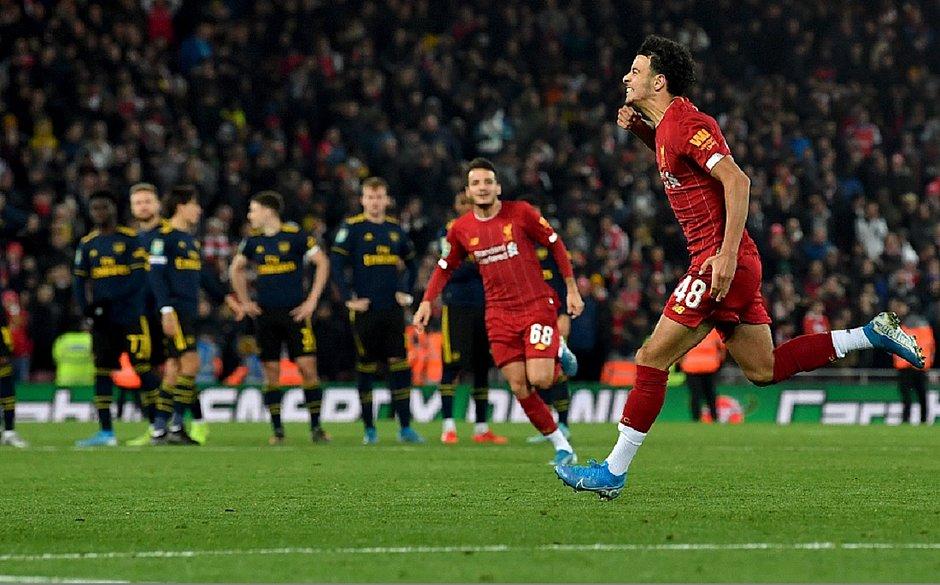 Após histórico 5 a 5, Liverpool bate Arsenal nos pênaltis
