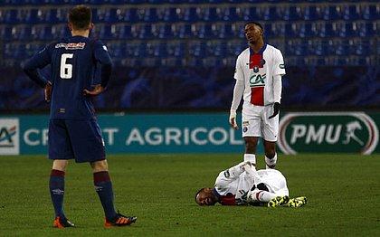 Após receber falta no segundo tempo, Neymar deixou campo com dores