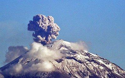O vulcão Popocatepetl expele cinza e fumaça e está localizado a cerca de 55 km da cidade do México.