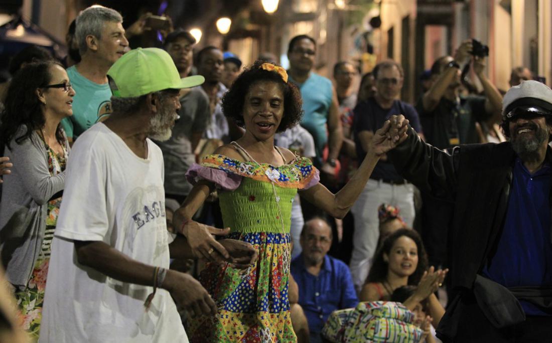 Marilene dançou com dois desconhecidos na festa