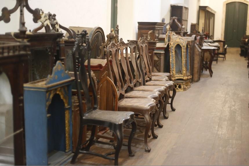 Livros, móveis e peças sacras são guardados  de forma inadequada