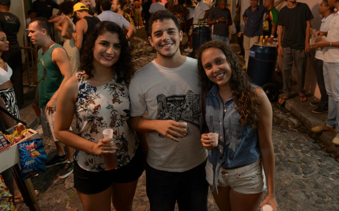 A estudante Elena Vasconcelos, ao lado dos amigos Celso e Juliane